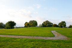 Piccolo sentiero per pedoni ed erba verde Fotografie Stock Libere da Diritti