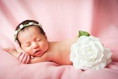 Piccolo sonno della neonata Fotografie Stock Libere da Diritti