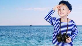 Piccolo spedice il ragazzo con binoculare in mani Immagini Stock Libere da Diritti