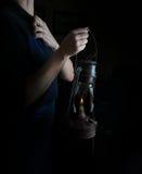 Piccolo stile olandese donna che tiene una lampada di cherosene annata Immagini Stock