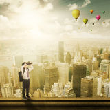Piccolo studente con il binocolo sul tetto Fotografie Stock
