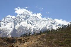Piccolo Stupa, grande montagna Fotografia Stock Libera da Diritti