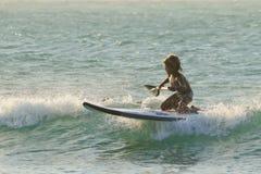 Piccolo surfista felice del sup Fotografia Stock