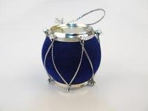 Piccolo tamburo blu Giocattolo su fondo bianco Fotografie Stock