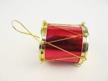 Piccolo tamburo rosso Giocattolo su fondo bianco Fotografia Stock