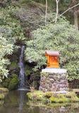 Piccolo tempio vicino ad una cascata immagini stock libere da diritti