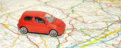 Piccolo Toy Car On Road Map Fotografia Stock Libera da Diritti