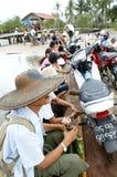 Piccolo traghetto in pieno dei locali che provano ad attraversare il fiume Fotografia Stock