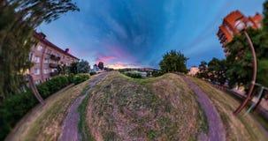 Piccolo trasformazione del pianeta di panorama sferico 360 gradi Vista aerea astratta sferica nel campo nella sera piacevole con archivi video