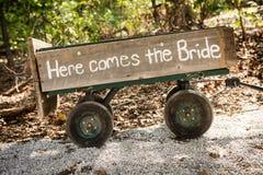 Piccolo trasporto di legno della mano per una sposa fotografia stock libera da diritti