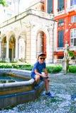 piccolo turista vicino a Palazzo Rosso, Genova, Italia immagini stock