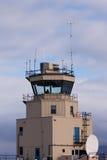 Piccolo uomo della torre di controllo del traffico aereo dietro vetro Immagine Stock