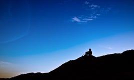 Piccolo uomo sotto il cielo Fotografia Stock Libera da Diritti