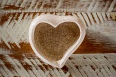piccolo vaso ceramico nella forma del cuore con fondo bianco e marrone fotografie stock