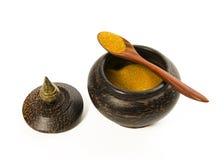 Piccolo vaso di legno tailandese con l'erba in cucchiaio isolato su fondo bianco immagine stock libera da diritti