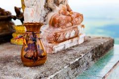 Piccolo vaso per incenso sull'altare Immagini Stock