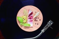 Piccolo vassoio di bambù rotondo con le verdure e la carne Fotografia Stock Libera da Diritti