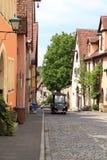 Piccolo veicolo sveglio nel der Tauber del ob di Rothenburg fotografie stock libere da diritti