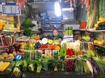Piccolo verdure sta il negozio con il proprietario della donna del negozio fotografia stock libera da diritti