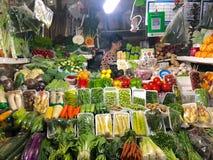 Piccolo verdure sta il negozio con il proprietario della donna del negozio immagine stock libera da diritti