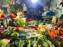 Piccolo verdure sta il negozio con il proprietario della donna del negozio fotografie stock libere da diritti