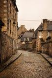 Piccolo vicolo pavimentato in Dinan fotografie stock libere da diritti