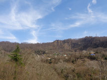 Piccolo villaggio al piede della cresta della montagna Fotografia Stock