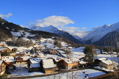Piccolo villaggio al piede delle montagne Immagini Stock Libere da Diritti