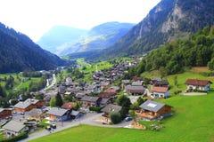 Piccolo villaggio al piede delle montagne Immagini Stock