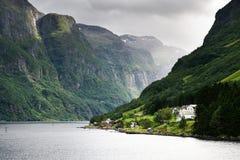 Piccolo villaggio al puntello del fiordo Immagini Stock