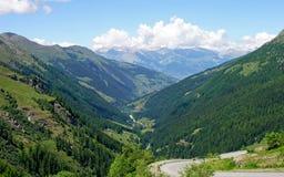 piccolo villaggio in alpi svizzere Immagine Stock Libera da Diritti