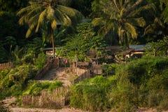 Piccolo villaggio asiatico con la casa di legno tradizionale Fotografia Stock