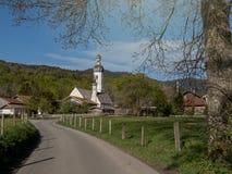 Piccolo villaggio con la chiesa cattolica in Baviera Germania fotografia stock libera da diritti
