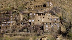 Piccolo villaggio costruito accanto ad una collina archivi video