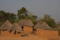 Piccolo villaggio dell'Angola con i tetti dell'alloggio e della paglia dell'adobe immagine stock