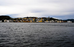 Piccolo villaggio della Norvegia sul lago Fotografia Stock