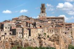 Piccolo villaggio della Toscana sulla scogliera Fotografia Stock Libera da Diritti