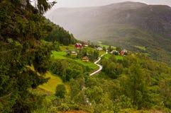 Piccolo villaggio della valle di Naeroydalen - priorità alta sinistra attillata Fotografia Stock