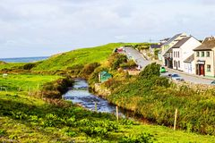 Piccolo villaggio della via principale di Doolin, Irlanda immagini stock libere da diritti