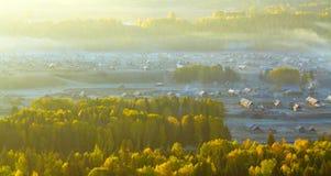 Piccolo villaggio di autunno prima di alba Fotografia Stock