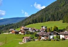 Piccolo villaggio in montagne delle alpi di autunno Immagine Stock