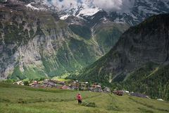 Piccolo villaggio nel Bernese Oberland, Svizzera Fotografia Stock Libera da Diritti