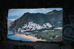 Piccolo villaggio nella vista dell'isola di Tenerife dalla finestra fotografia stock