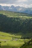 Piccolo villaggio nelle alpi delle montagne Fotografie Stock