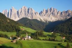 Piccolo villaggio nelle alpi europee Fotografia Stock Libera da Diritti