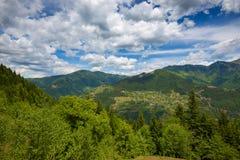 Piccolo villaggio nelle montagne Fotografia Stock