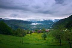Piccolo villaggio nelle montagne Immagine Stock Libera da Diritti
