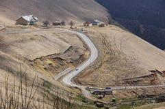 Piccolo villaggio nelle montagne di Caucaso Fotografie Stock