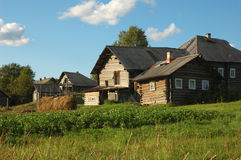 Piccolo villaggio russo al tramonto Immagine Stock