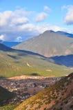 Piccolo villaggio sotto la montagna fotografia stock